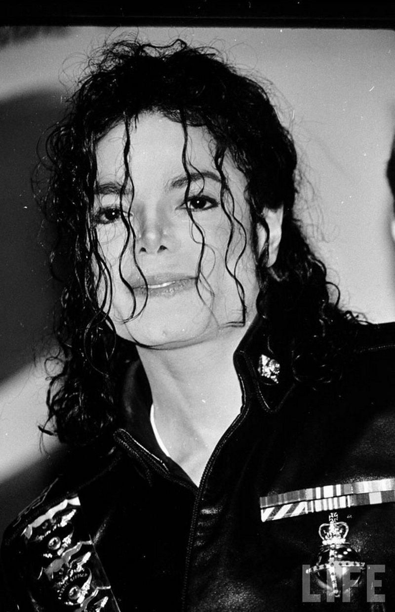1) Майкл Джексон. Майкл Джексон известен не только за свои музыкальные достижения, но и за странный и необычный стиль жизни. Дата: 1992. Фотограф: неизвестен.
