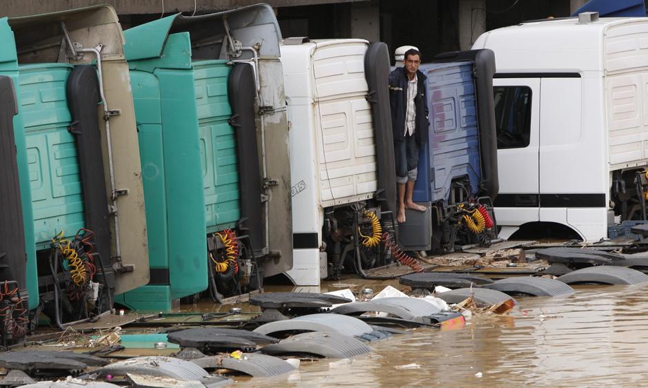 3) Человек ждет помощи, стоя на затопленном грузовике. Фото сделано после проливных дождей в Стамбуле.