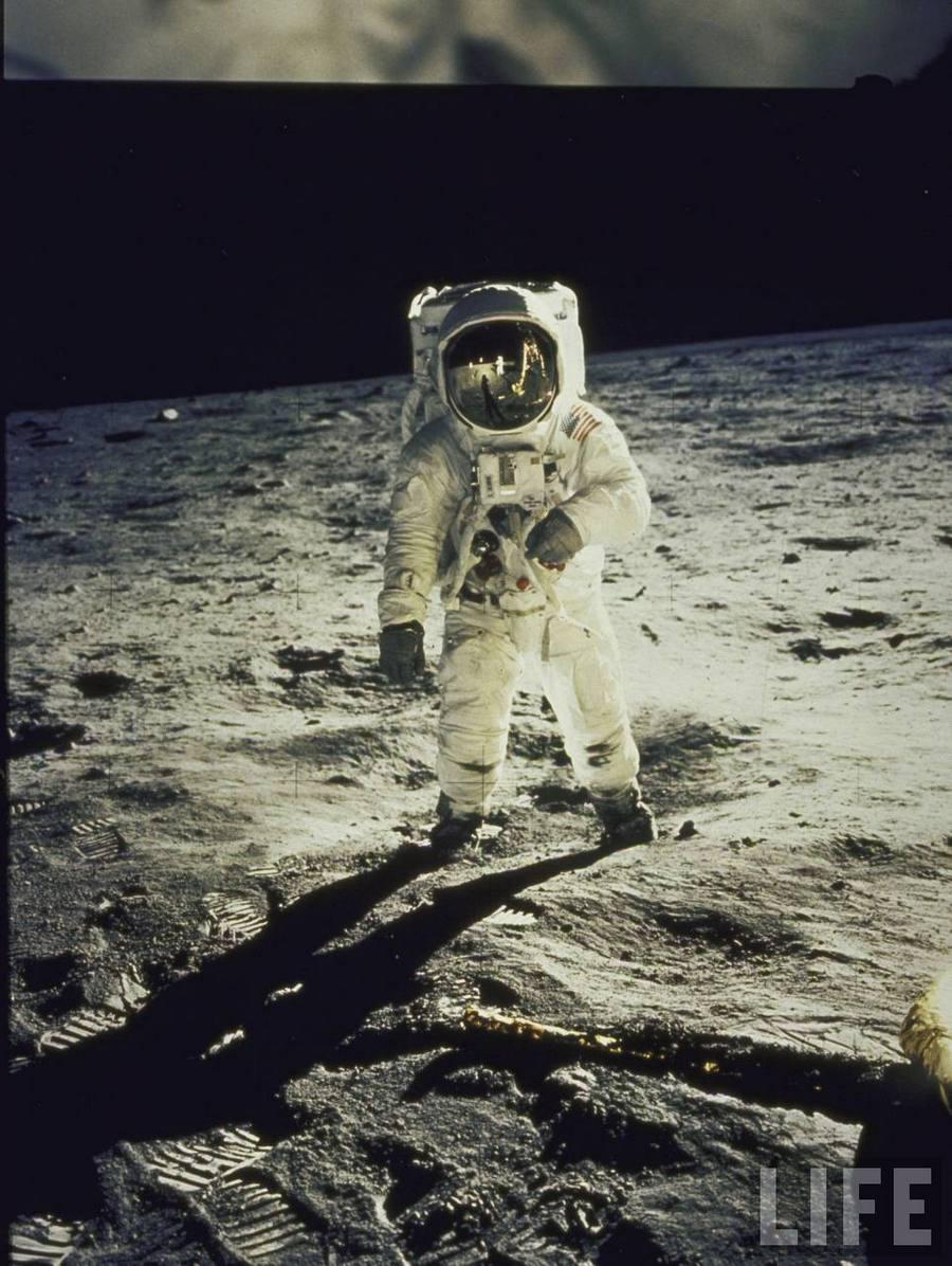 2) Базз Олдрин. Эта фотография была сделана в 1969 году, в день, когда аппарат для посадки на Луну «Орел» доставил астронавтов на поверхность этой планеты. Нил Армстронг и Базз Олдрин стали первыми людьми, ступившими на Луну. Дата: 1969. Фотограф: Neil Armstrong.