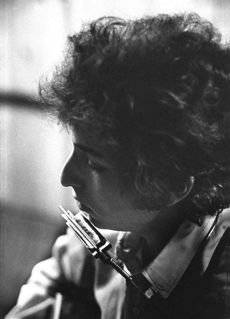 """2) Боб Дилан. Дилан написал саундтрек к американским общественным беспорядкам 1960-ых. Удостоившись большого количества музыкальных наград, в том числе престижной Пулитцеровской премии, Дилан вызвал множество споров среди своих фанатов, переключившись с акустической гитары на гитару электрическую. Одна из его самых известных песен - """"All Along The Watchtower"""" – использовалась, как ключевая тема, в 2003 году во время постановки научно-фантастического сериала «Battlestar Galactica». Дата и фотограф: неизвестны."""