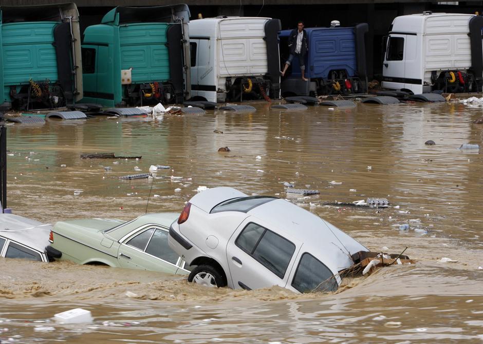 4) Предыдущий снимок с другого ракурса. На одной из улиц Стамбула стихия превратила микроавтобус в железный гроб. В автомобиле утонули сразу семь женщин.