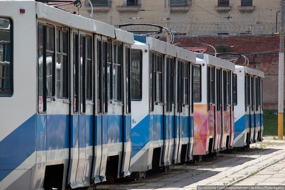 За полный день на трамвае отрабатывают смену два водителя, а сам вагон пробегает в среднем 250 километров. Максимум может достигать 400 километров.