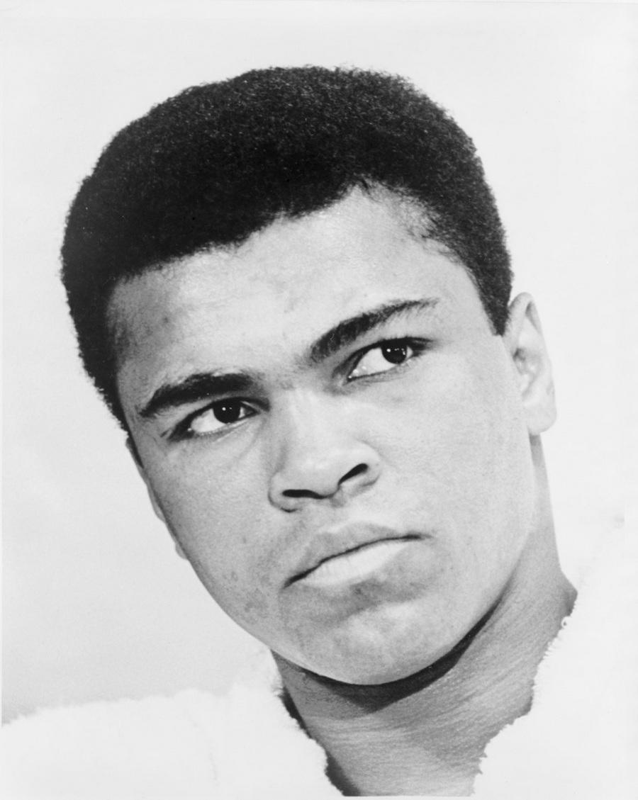 3) Мухаммед Али. Али был трехкратным Чемпионом Мира по боксу в тяжелом весе. Это настоящим именем было Кассиус Клей, но он сменил его на Мухаммед Али после того, как принял ислам. Дата: 1967. Фотограф: Ira Rosenberg.