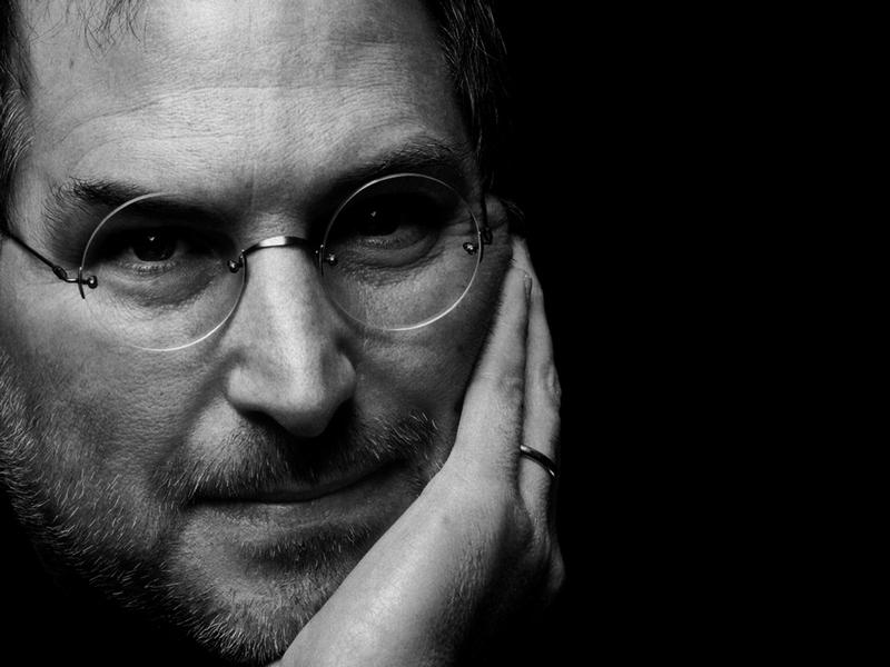 3) Стив Джобс. Стив Джобс является основателем таких компаний как «Apple» и «NEXT».  Именно «Apple» запустили такие проекты как iMac, iBook, iPod и iPhone. Возможно, многие помнят Стива, рассказывающим о предстоящих этапах работы «Apple», на конференции  «Macworld». Дата и фотограф: неизвестны.
