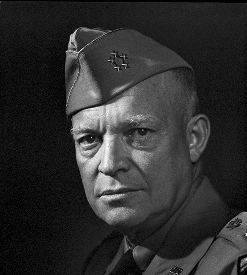 4) Генерал Дуайт Эйзенхауэр. Эйзенхауэр был главнокомандующим войск США во время Второй Мировой Войны, а позже он становится президентом. Это фото было сделано спустя год после победы  над гитлеровской Германией и её союзниками во Второй Мировой Войне. Дата: 1946. Фотограф: Yousuf Karsh.