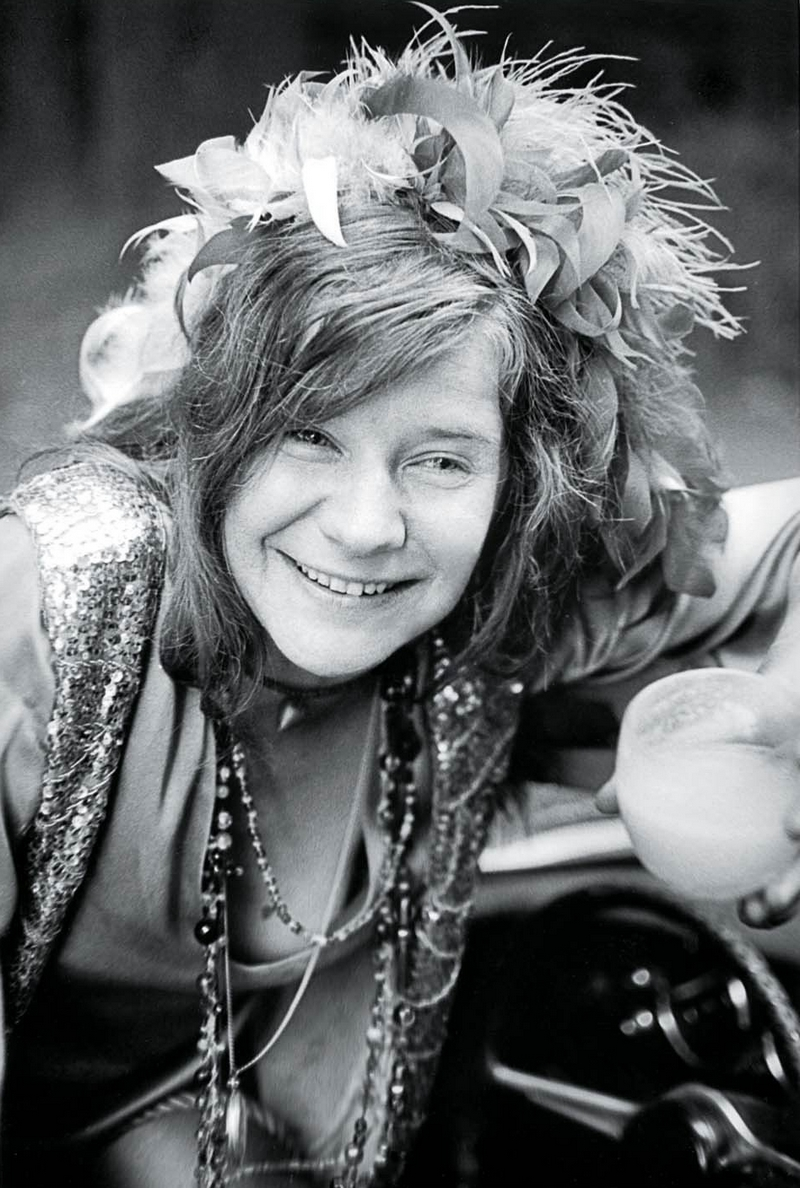 4) Дженис Лин Джоплин. Американская певица, автор песен и аранжировщик из Техаса. Она стала популярна в конце 60-ых сначала как лидер групп «Big Brother» и «Holding Company», а позже как сольная певица. В 2004 году журнал «Rolling Stone» отдал 46-е место Джоплин в списке 100 великих артистов всех времен, в 2008 Дженис Джоплин оказалась на 28-м месте в списке 100 самых выдающихся певцов.