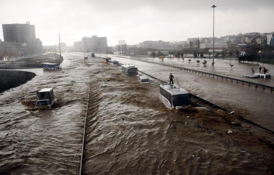 6)  Предыдущий снимок с другого ракурса. В результате наводнения в Турции погиб 31 человек. Как сообщает издание Hurriyet, среди погибших 24 жителя Стамбула.
