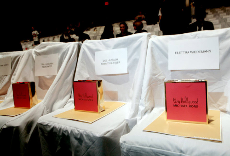 5) Подписанные места гостей показа и подарки перед началом показа коллекции Michael Kors.