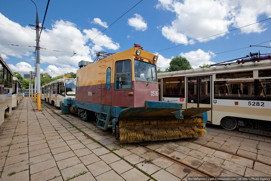 Полный пробег трамвая за все время эксплуатации может доходить до 750000 километров. Некоторые трамваи служат по 15 и более лет (особенно в регионах). Снегоочиститель.