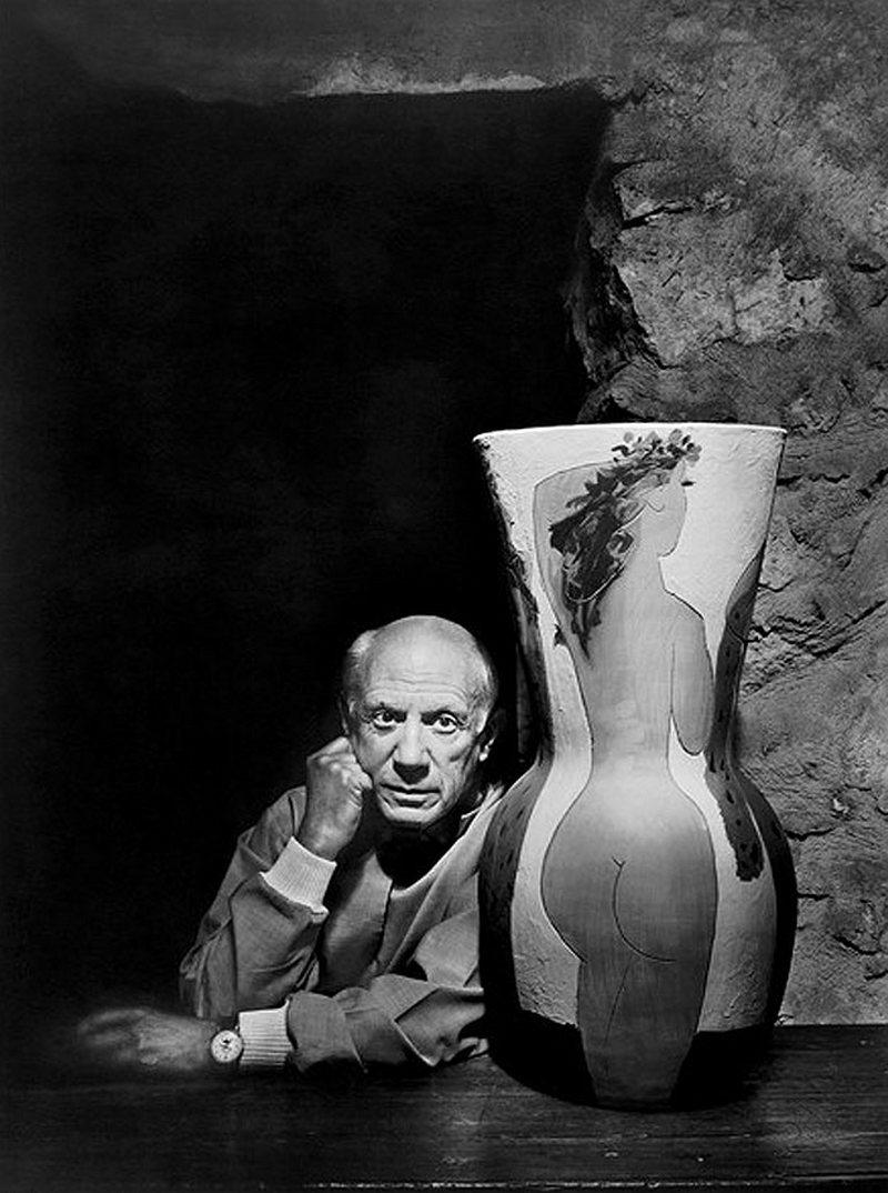 ) Пабло Пикассо. Пабло Пикассо был одним из выдающихся художников 20-го века, он являлся последователем кубизма. Во время съемок этого кадра Пикассо мог видеть себя в широкой линзе фотоаппарата, поэтому интуитивно менял положение для правильности съемки. Дата: 1954. Фотограф: Yousuf Karsh.