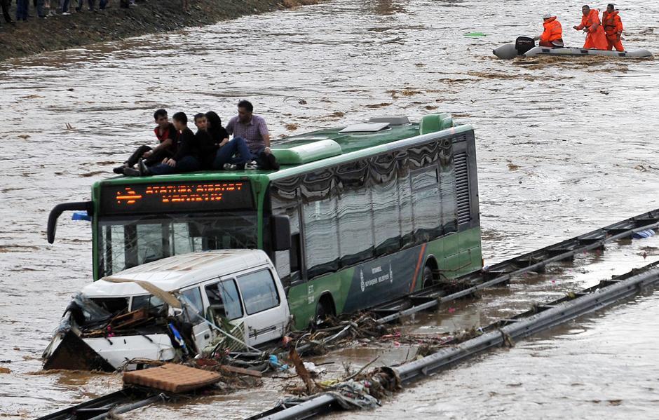 7) Люди на крыше автобуса ждут помощи.