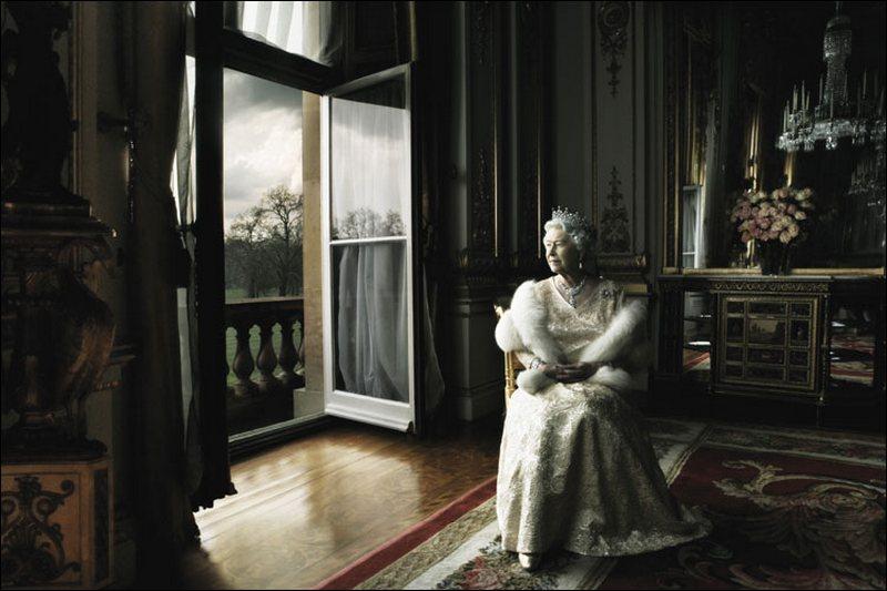6) Ее Величество Королева Елизавета II. Существует много культовых фотографий королевы. Этот снимок сделан известным фотографом Annie Leibovitz, он передает всю королевскую стать, разбавленную раздумьями о вечно неприветливой английской погоде. Снимок вызвал фурор у английской прессы, особенно, после того как Leibovitz попросила королеву снять корону. Дата: 2007. Фотограф: Annie Leibovitz.