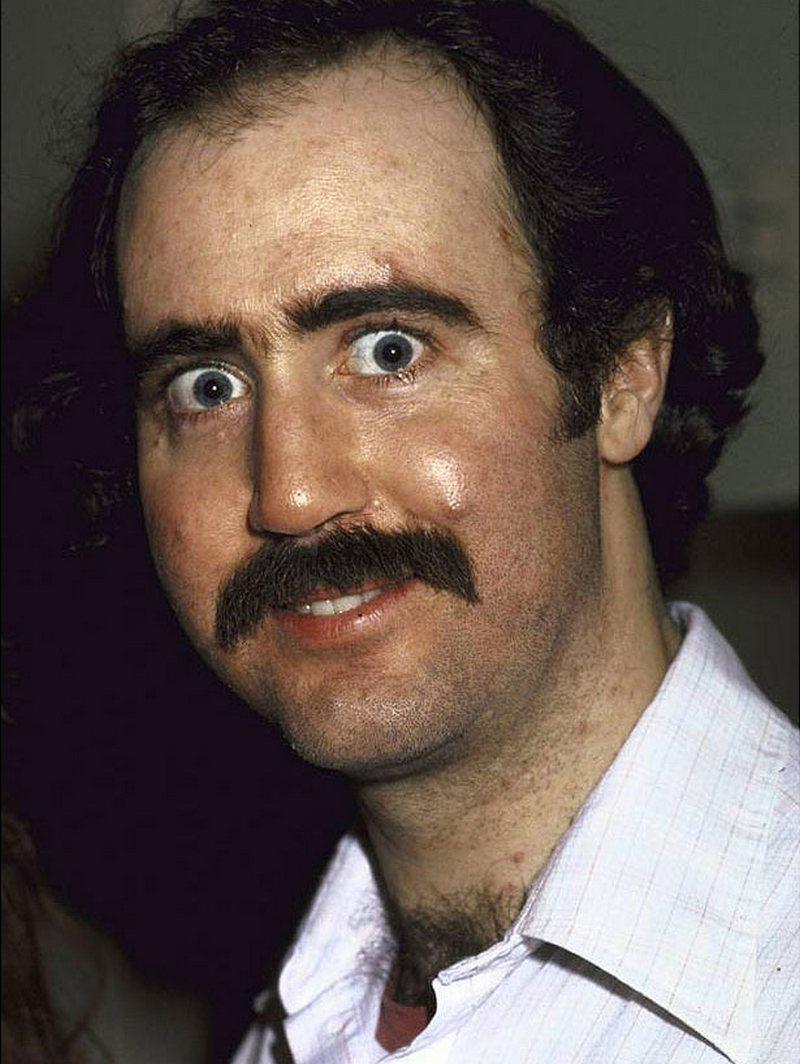 6) Энди Кауфман. Кауфман был эксцентричным эстрадным артистом, известный по своей работе в 1970-ых в «Saturday Night Live». Он славился своим необычным комедийным стилем. Дата: 1983. Фотограф: David McGough.