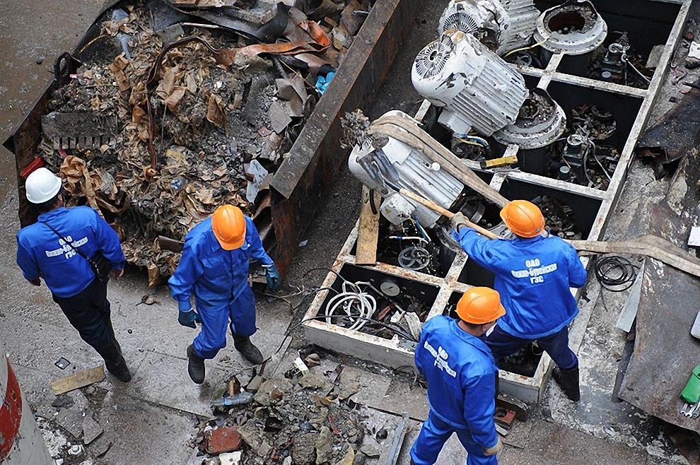 7) Работы в машинном зале по разборке завалов идут в три смены.