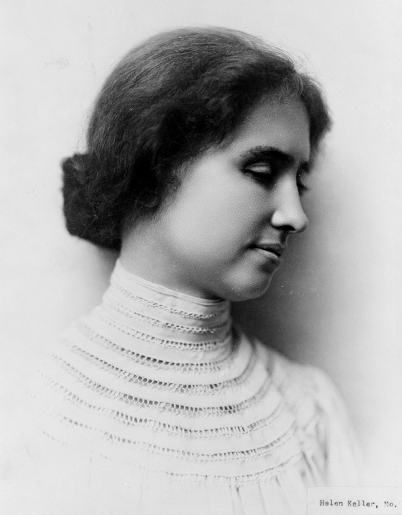 7) Хелен Келлер. Хелен Келлер не была от рождения слепой и глухой. Когда ей было 19 месяцев от роду ее постигла болезнь, которую доктор описал как «острая гиперемия желудка и головного мозга», что возможно на самом деле являлось скарлатиной или менингитом. Болезнь длилась недолго, но ее последствиями стали глухота и слепота. Но Хелен стала адвокатом и автором многим произведений. Кроме того. Она стала первым слепо-глухим человеком, получившим степень бакалавра. На фотографии мы видим молодую Хелен Келлер. Дата: 1904. Фотораф: неизвестен.