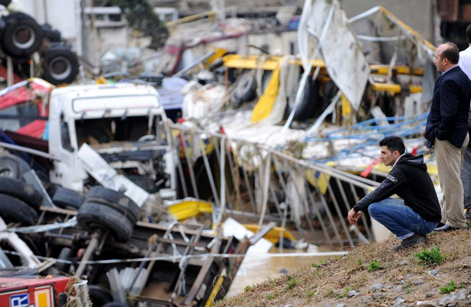 9) Ущерб от сильнейшего за последние годы наводнения в Стамбуле составил примерно 70-80 миллионов долларов.