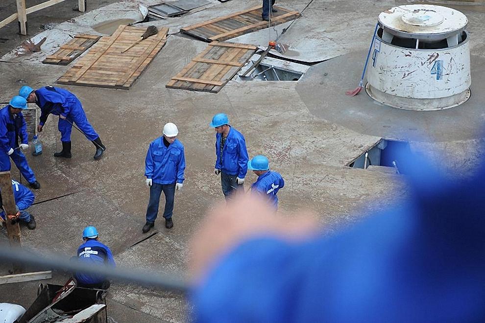 8) Рабочие на четвертом гидроагрегате.
