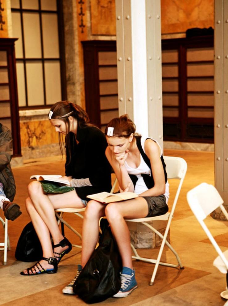 8) Модели ждут своей очереди к визажистам и парикмахерам за кулисами показа Джилл Стюарт.