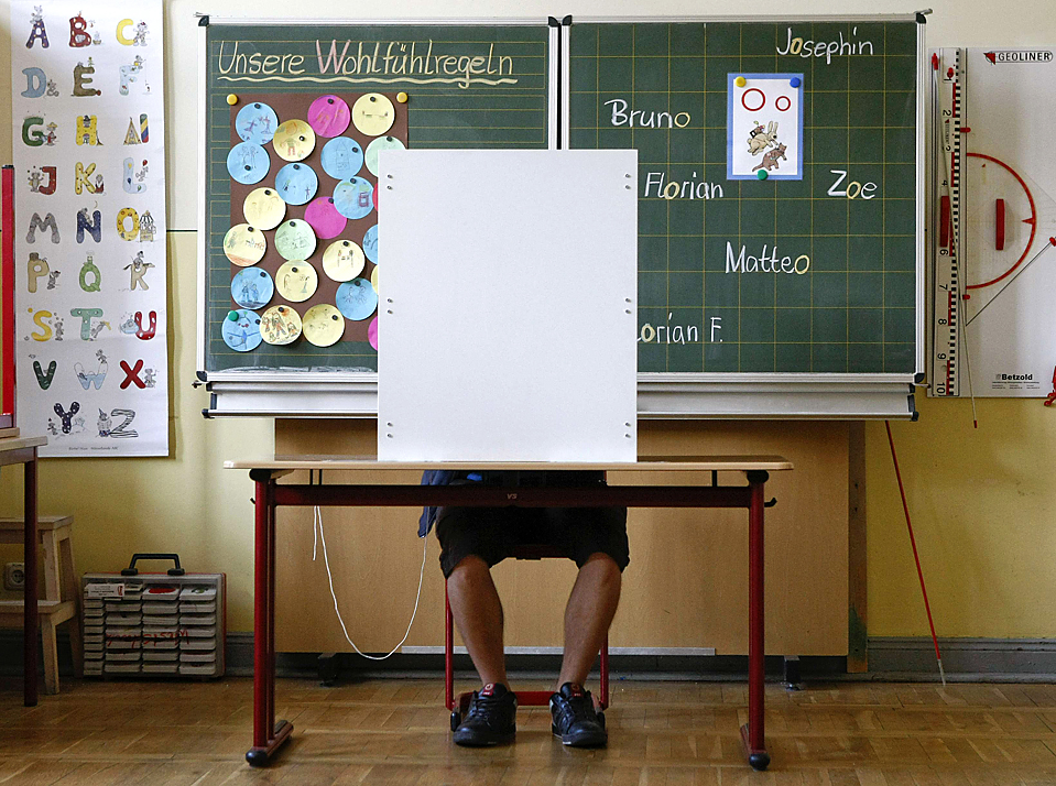 4) Мужчина голосует на избирательном участке, расположенном в начальной школе немецкого города Йена. В эти выходные в Саксонии, Тюрингии и Сааре прошли региональные выборы, которые станут индикатором того, как пройдет общенемецкое голосование 27 сентября. Консервативная Христианско-демократическая партия канцлера Германии Ангелы Меркель потеряла свое большинство в Сааре и Тюрингии, гораздо значительней, чем ожидалось, однако в Саксонии выборы прошли с лучшими результатами для партии госпожи Меркель. (Fabrizio Bensch/Reuters)