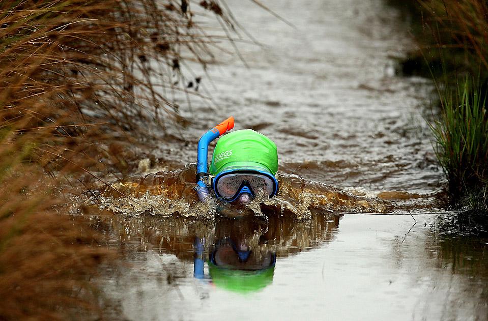 6) Участник Чемпионата мира по нырянию в болото с маской и трубкой в валлийском городе Llanwrtyd Wells. (Richard Heathcote/Getty Images)
