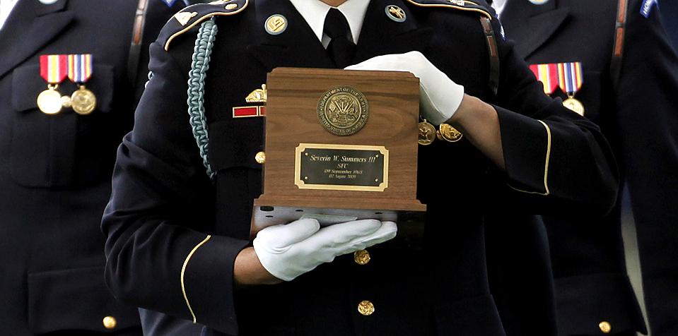 14) Гвардеец почётного караула несет прах сержанта первого класса Северина Веста Саммерса на Национальном Арлингтонском кладбище. Саммерс был убит в Афганистане 2 августа. (Evan Vucci/Associated Press)