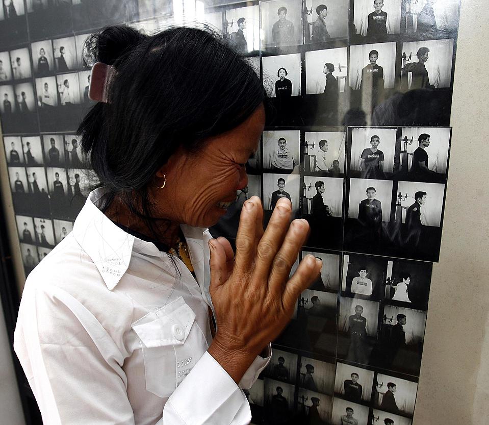 15) Женщина плачет над портретом своего отца во время визита в музей Геноцида Туол Сленг в Пномпене, Камбоджа. (Chor Sokunthea/Reuters)