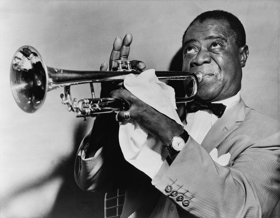 8) Луис Армстронг. Луис Армстронг был джазовым музыкантом, который мог, как исполнять вокальные произведения, так и играть на музыкальных инструментах, в том числе и на трубе, именно с ней он и изображен на фотографии. Он выступал как с сольными программами, так и вместе с другими музыкантами вплоть до своей внезапной кончины в 1971 году. Эта фотография навсегда увековечила Satchmo. Дата: 1953. Фотограф: штатный фотограф «World-Telegram».