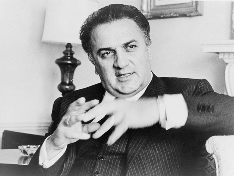 8)  Федерико Феллини. Феллини был одним из культовых режиссеров 20-го века, у которого был свой таинственный стиль, смешавший в себе фэнтези и стиль барокко. Дата: 1965. Фотограф: Walter Albertin.