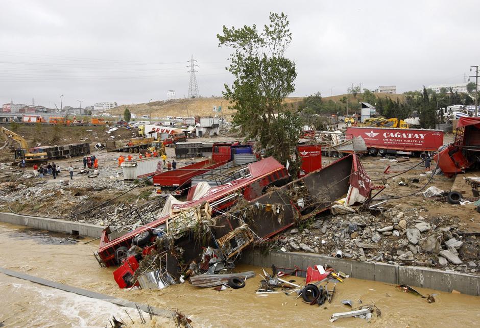 10) Обломки грузовых машин смыло паводковыми водами.