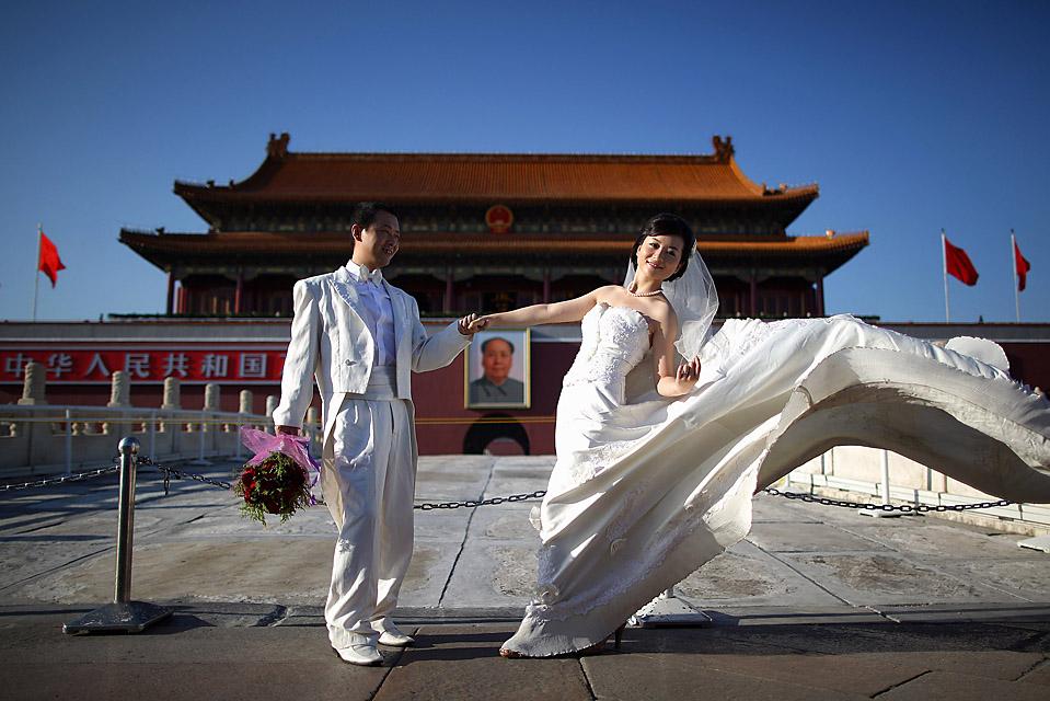 1) Новобрачные фотографируются перед воротами Тяньаньмэнь в Пекине. (Feng Li/Getty Images)