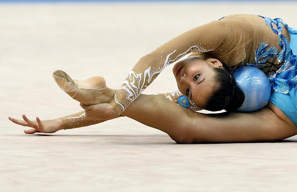 2) Алия Юсупова из Казахстана выступает с мячом во время отборочного соревнования на Мировом Чемпионате по художественной гимнастике в Исэ, Япония. (Issei Kato/Reuters)