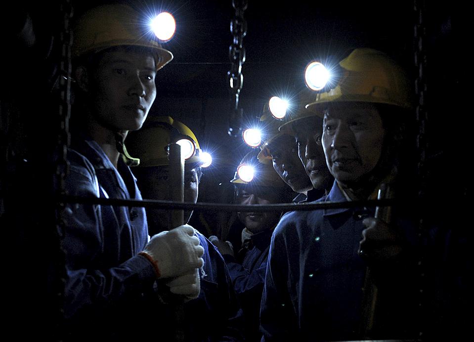 4) Спасатели на угольной шахте в Пиндиншань, провинция Хэнань, Китай. К среде число погибших от взрыва на нелегальной шахте увеличилось до 42, 37 человек по-прежнему находятся под завалом. Владельцы шахты находятся под полицейским надзором, а банковские компании счета заморожены. Кроме того в этой провинции 13 рабочих погибли во время пожара на золотом руднике. (Zhaojiuyuan Peng/Xinhua via Associated Press)