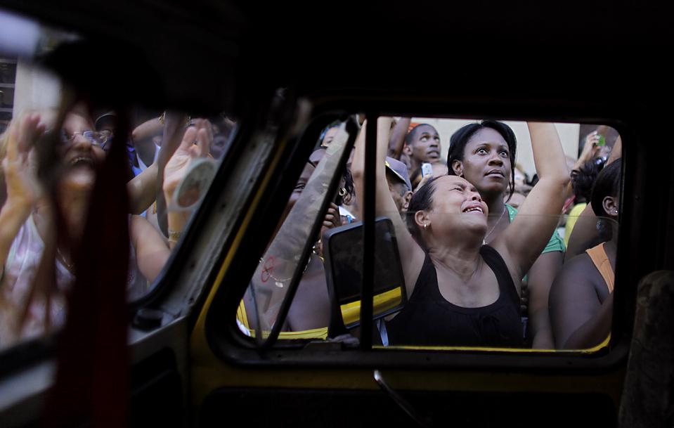 9) Католики в Гаване наблюдают за процессией Девы Милосердия, святой покровительницы Кубы. (Javier Galeano/Associated Press)