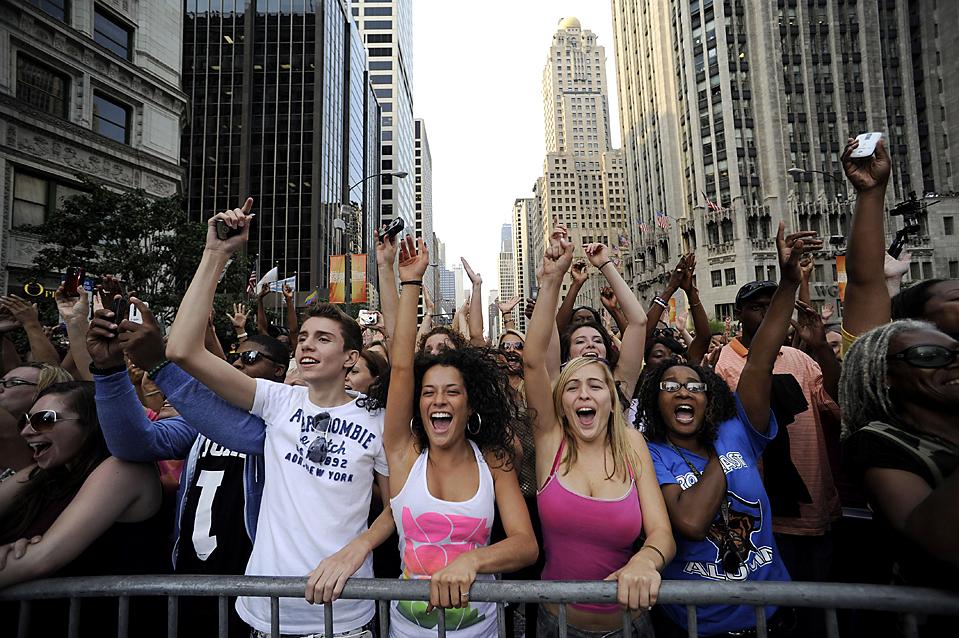 """10) Тысячи людей наблюдают за съемками """"Шоу Опры Уинфри"""" в Чикаго. Это были съемки программы, которая будет первой в 24-м сезоне выхода на телеэкраны легендарного шоу. (David Banks/Associated Press)"""