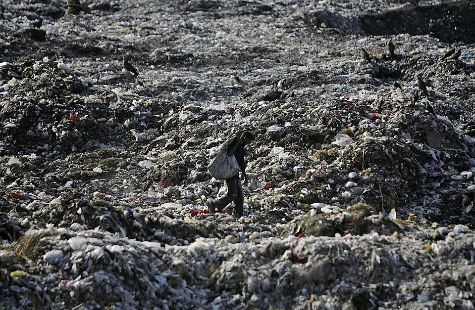 12) Человек в поисках вторичного сырья на свалке в Лахоре. (Mohsin Raza /Reuters)
