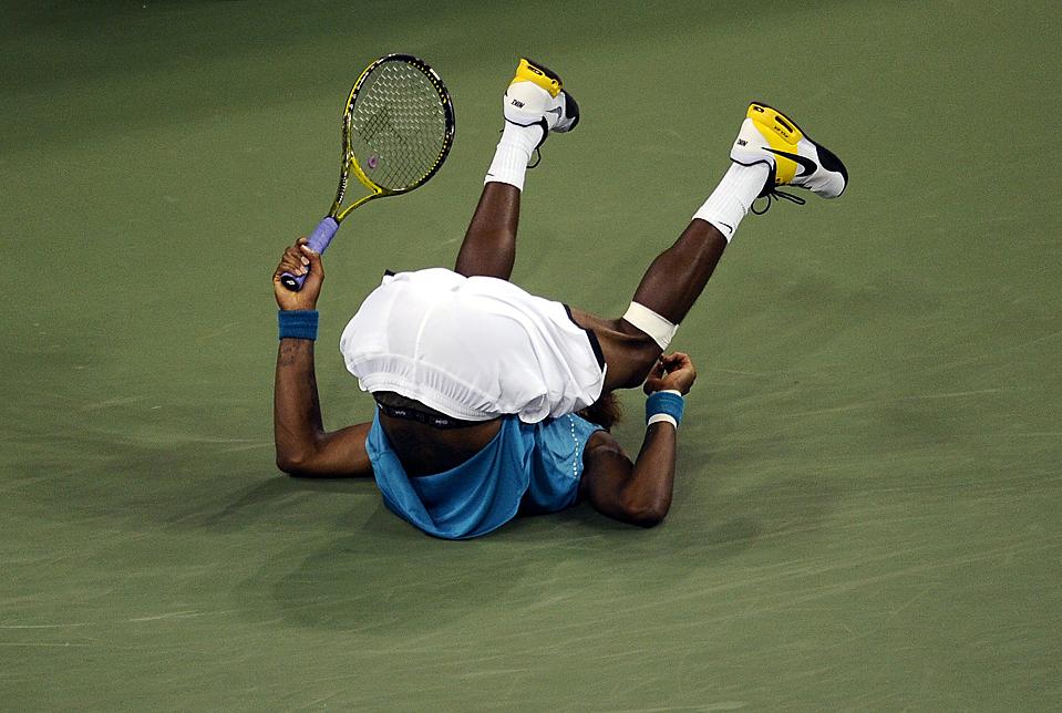 13) Теннисист из Франции Гаэль Монфис упал на корт после поражения испанцем Рафаэлем Надалем - 6-7 (3), 6-3, 6-1, 6-3 - на стадионе Артура Эша в Нью-Йорке во вторник вечером во время Открытого чемпионата США по теннису. (Jeff Zelevansky/Reuters)