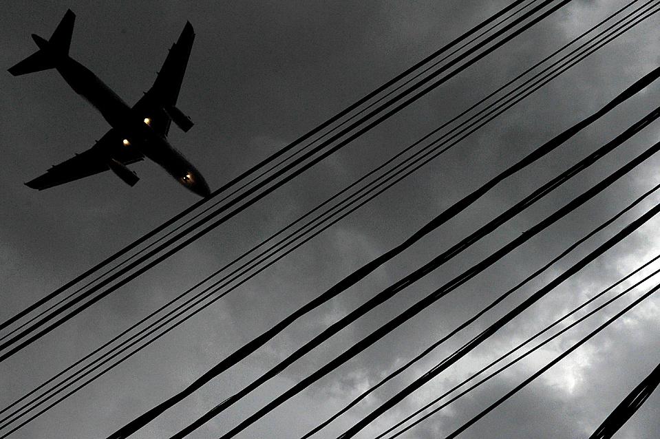 14) Самолет готовится к посадке в аэропорту Конгоньяс в Сан-Паулу, Бразилия, несмотря на сильную грозу. В этом районе шел град, дождь и дули сильные ветры. В связи с плохой погодой многие рейсы задержали. (Mauricio Lima/Agence France-Presse/Getty Images)