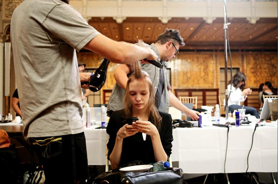 9) Модель говорит по телефону в то время, как ее готовят к показу Джилл Стюарт.