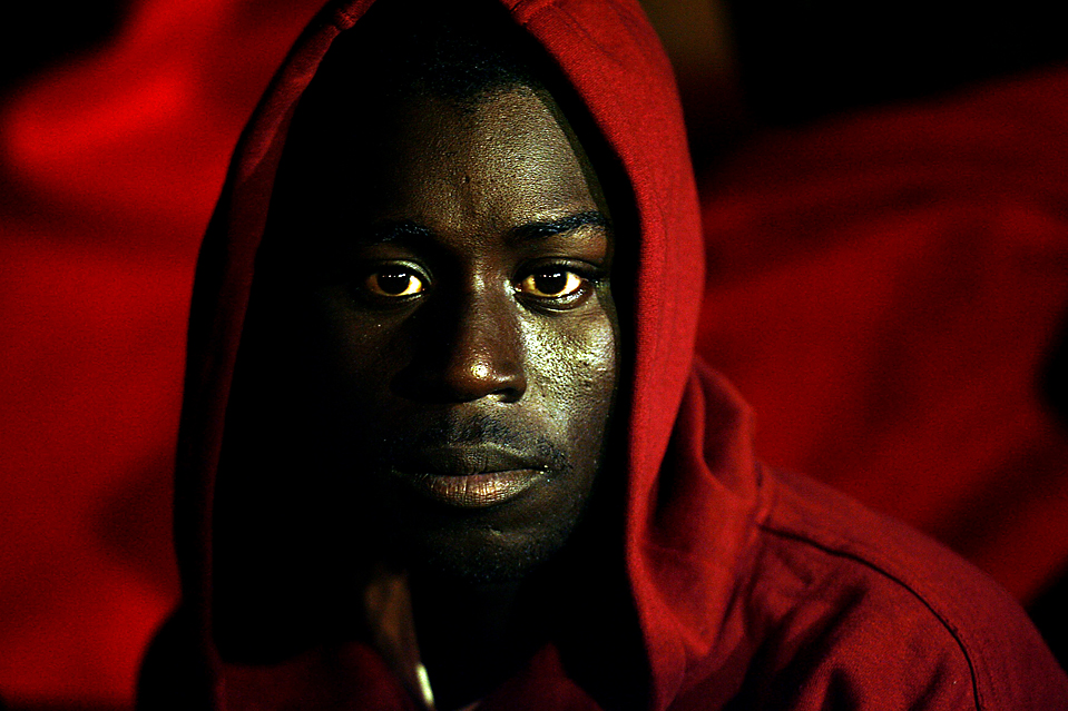 1) Один из 65 нелегальных африканских иммигрантов, которые прибыли к берегам испанского острова Тенерифе на борту рыболовного судна. (Santiago Ferrero/Reuters)