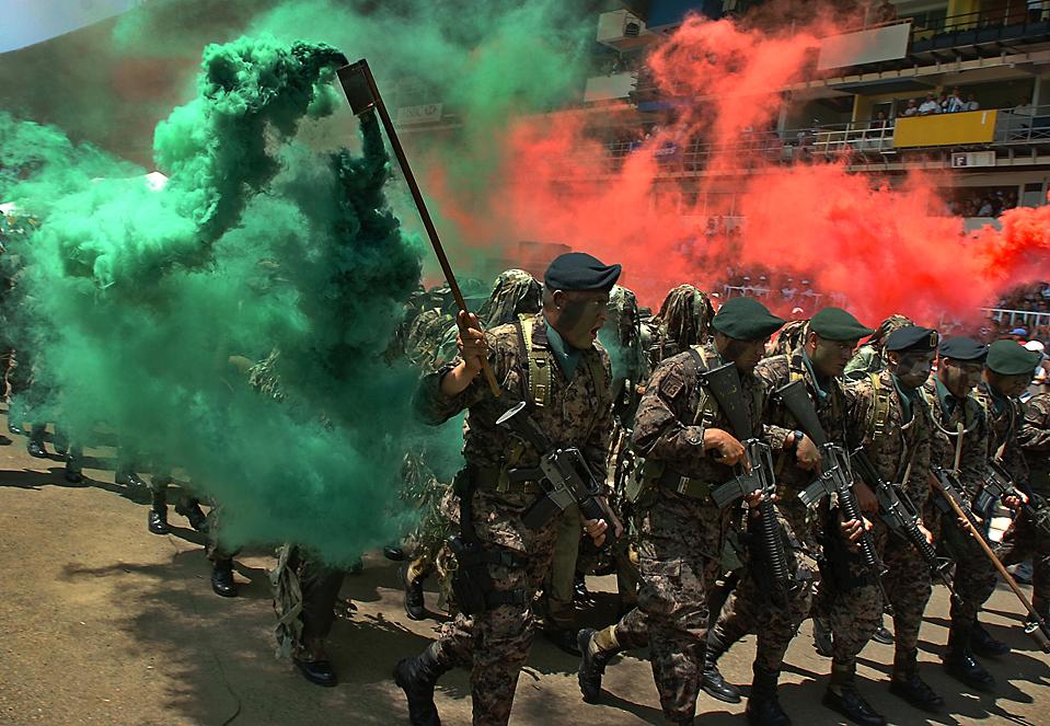 2) Гондурасский спецназ на улицах Тегусигальпе во время празднования 188-летия Независимости страны от Испании. (Fernando Antonio/Associated Press)
