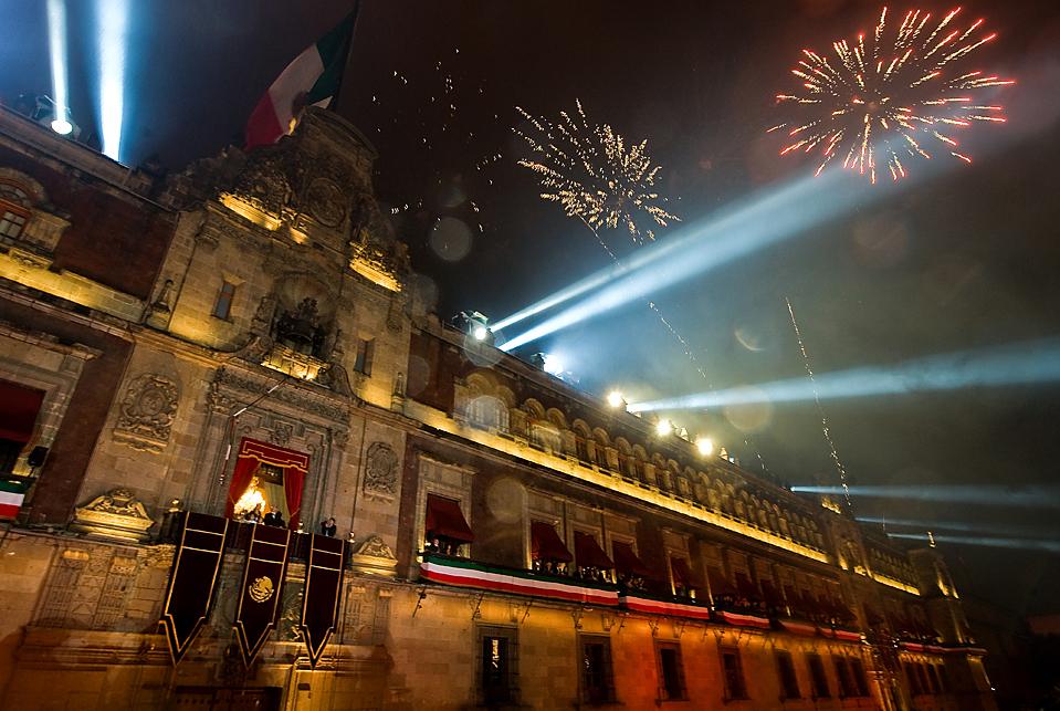 3) Фейерверк освещает небо над Национальным дворцом на площади Сокало во время празднования Дня независимости Мексики в Мехико. (Ronaldo Schemidt/Agence France-Presse/Getty)
