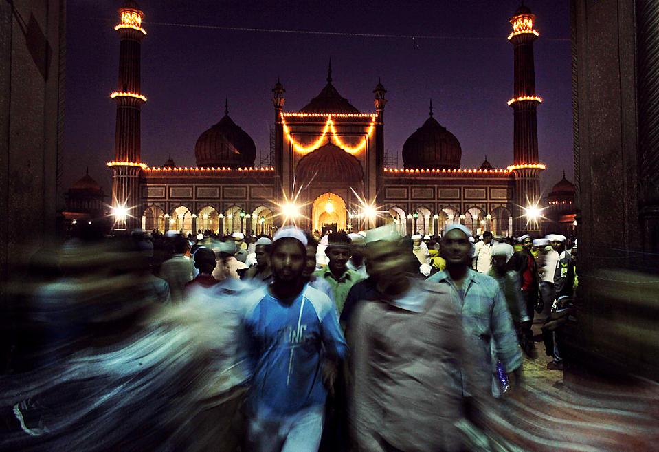 4) Мусульмане во время вечерней молитвы в священный месяц поста Рамадан в мечети Джама Масджид в Дели. (Kevin Frayer/Associated Press)