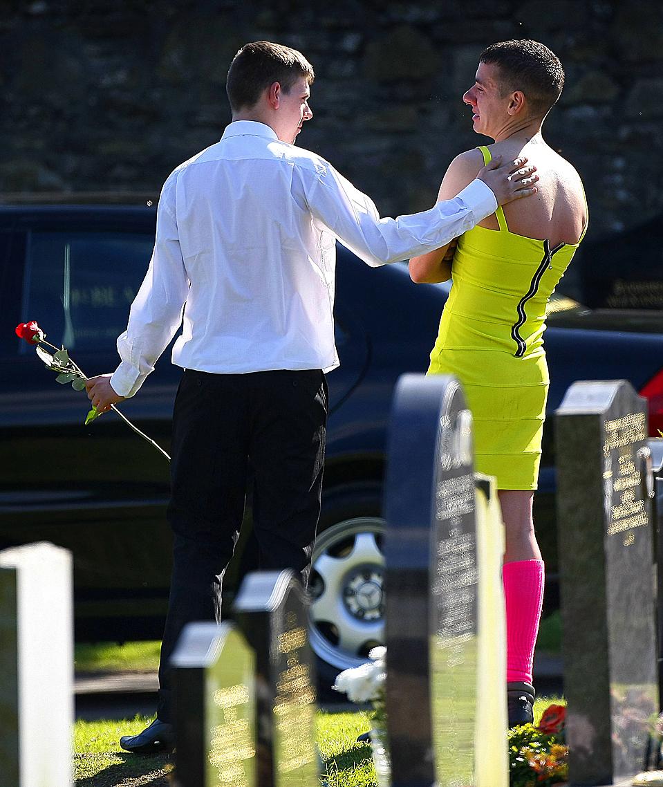 9) Скорбящие на похоронах рядового Кевина Эллиота в шотландском городе Данди. Рядовой Эллиотт был убит в результате взрыва в афганской провинции Гильменд 31 августа. Барри Делэйни, срава, лучший друг Эллиотта. Когда-то они заключили договор, что когда один из них умрет, другой придет на похороны в женском платье. (David Moir/Reuters)
