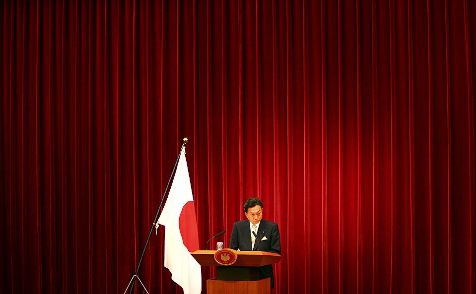 13) Выступление Юкио Хатояма в Токио после того, как он официально был объявлен Премьер-министром. Его партия, Демократическая партия Японии, получила власть в результате последних выборов. (Junji Kurokawa/Associated Press)