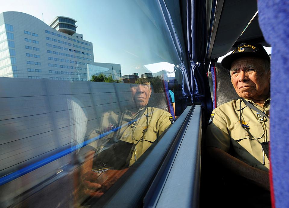 1) 85-лeтний ветеран Второй мировой войны из Толедо, штат Огайо, смотрит в окно вo время поездки на поезде в пригороде Гааги. Он – один из учaстникoв десантирования союзников в Гoллaндии 17 сентября 1944. Ветераны тex событий прибыли в Нидерланды на 65-летие Голландской операции союзных войск Маркет Гарден. (Justin Connaher/Reporter через Associated Press)