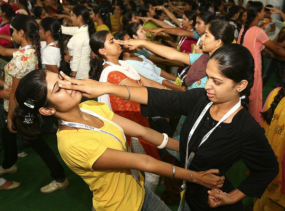 10) Студентки тренируются в приемах самообороны в северно-индийском городе Чандигарх. (Ajay Verma/Reuters)