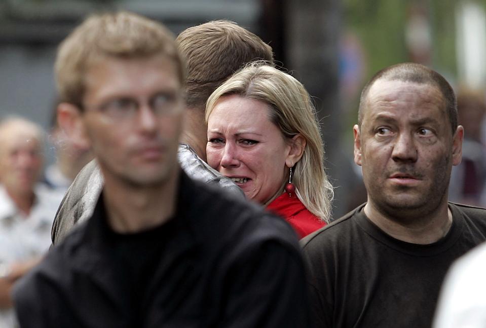 9) Люди стоят у шахты в польском городе Руда Сленска, где погибли 12 и были тяжело ранены 15 шахтеров после взрыва метана в пятницу. (Кшиштоф Matuszynski/Reuters)