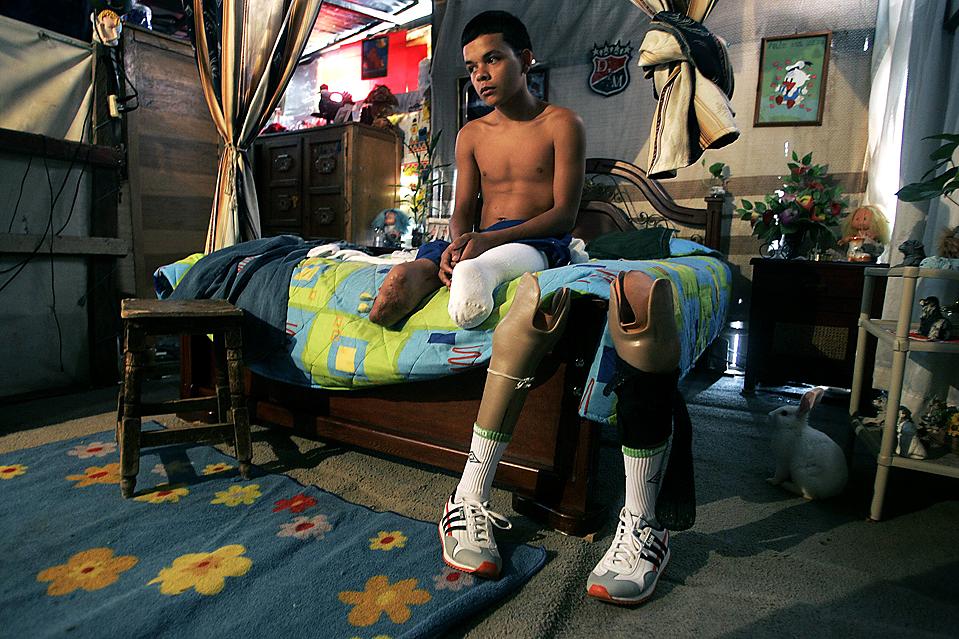 3) 15-летний Джон Касас готовится к соревнованиям по легкой атлетике в колумбийском городе Медельин. Он готовится к участию в Паралимпийских играх в Лондоне в 2012 году. Мальчик потерял ноги в автомобильной аварии. (Альбейро Лопера/Reuters)