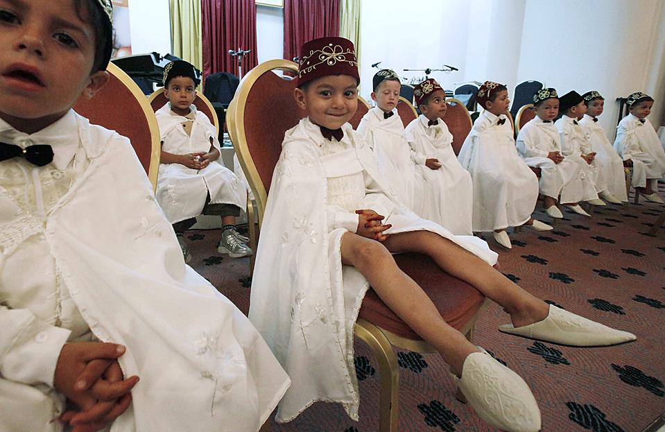 2) Мальчики в традиционной одежде на церемонии в Алжире накануне их ритуального обрезания, которое проводят всем мальчикам согласно мусульманскому исламскому праву. (Zohra Bensemra /Reuters)