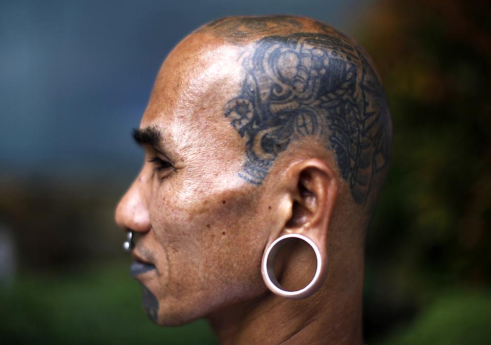 16) Человек демонстрирует свою татуировку во время фестиваля Dutdutan в финансовом районе Манилы. Ежегодный фестиваль призван продвигать в массы искусство татуировок и разрушить негативный образ татуировок в обществе. (John Javellana/Reuters)